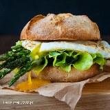 Burger śniadaniowy z jajkiem i zielonymi szparagami