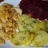 Kurczak w migdałach z carpaccio z buraków i zapiekanymi ziemniakami z pietruszką