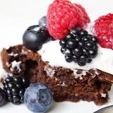 Torcik orzechowe brownie z bitą śmietaną i owocami
