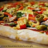 Pizza na pszenno-żytnim cieście ze szpinakiem i czerwoną papryką