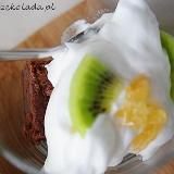 Brownies z bitą śmietaną kiwi i pomarańczą