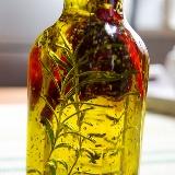 Oliwa z chili i suszonymi ziołami