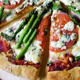 Pizza ze szparagami, pomidorami i serem pleśniowym