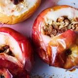 Pieczone jabłka z rodzynkami i orzechami włoskimi