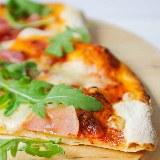 Pizza na cienkim spodzie z szynką serrano