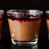 Czekoladowy pudding chia z jagodami