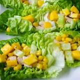 Sałatka z kurczakiem, mango i kukurydzą