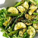 Sałatka z cukinii, zielonych szparagów i roszponki
