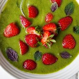 Zielony chłodnik z truskawkami (na słodko)