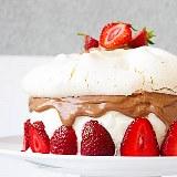 Tort truskawkowo-śmietanowy z bezą