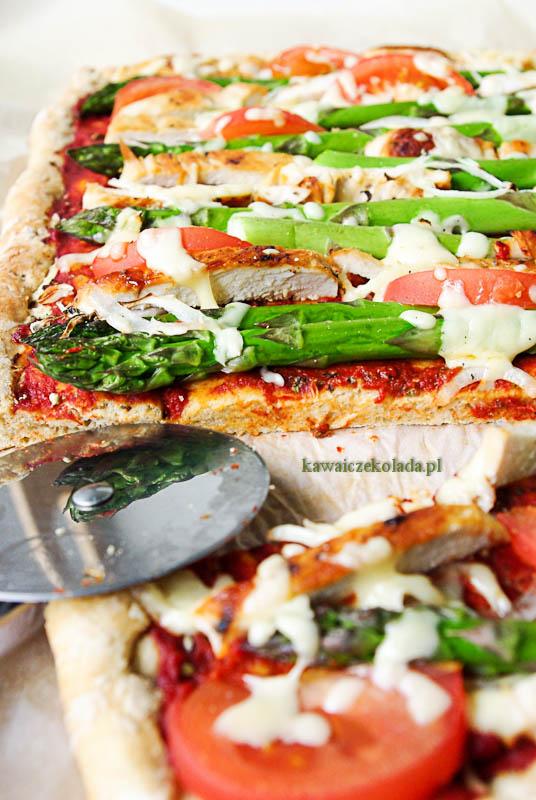 pizza ze szparagami i kurczakiem (1)