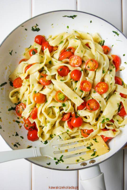 makaron z pomidorami i natką pietruszki (2)