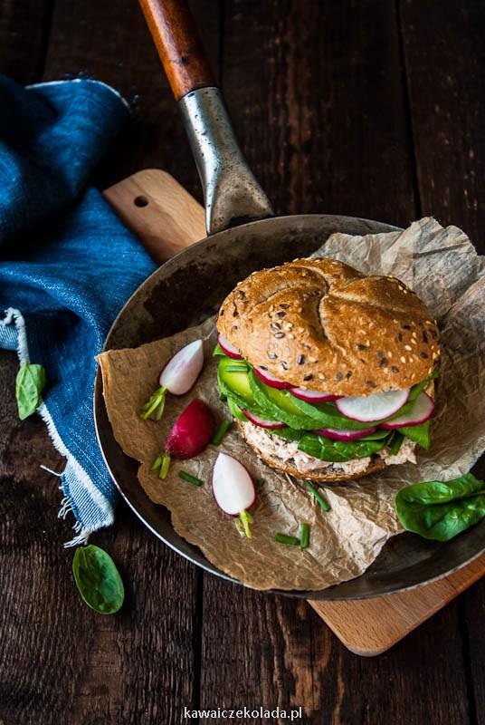 Bułka z pastą z tuńczyk, awokado i rzodkiewkami, fit burger